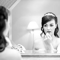 Hochzeitsvorbereitungen. Braut am Schminken.