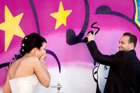 Lustiges Hochzeitsfoto mit Graffiti, Wangen an der Aare